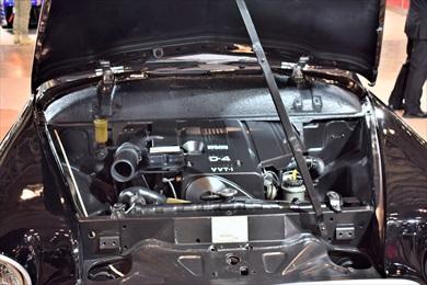 ボンネット内部には平成のクラウンのエンジンが