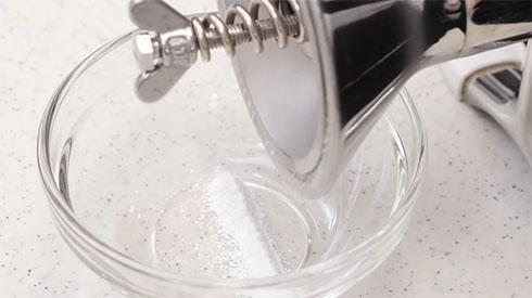 生石灰を粉にするマシン