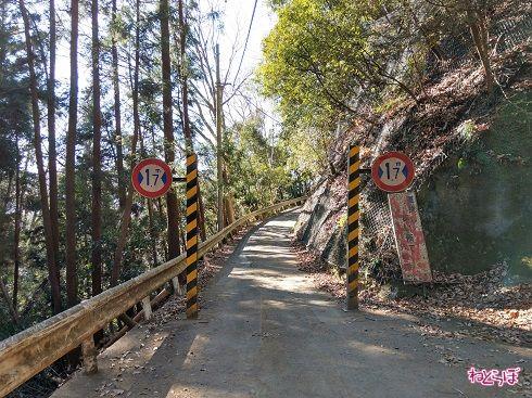 左右についている「最大幅1.7m」の標識が危険度を物語ります