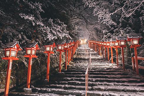 積雪と灯籠が美しい 京都の貴船神社が白銀に包まれた写真に「とても綺麗」の声