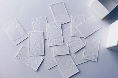 散らばった白紙の花札