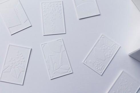 白紙の花札のアップ・エンボス加工で図柄が描かれる