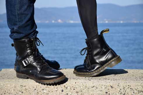 1人リア充ごっこ 妹 ブーツ セルフタイマー 疑似 背伸びキス ネタ 写真