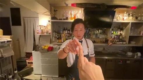 後藤さんが人の指に指を触れようとしているところ