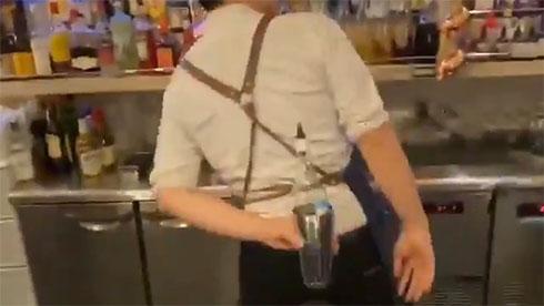 グラスを背中でキャッチしたところ