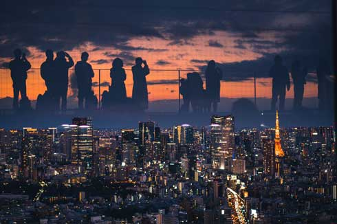 SHIBUYA SKY 渋谷スカイ 夕景 ガラス 映り込んだ人 写真 巨神兵
