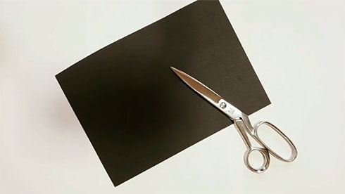黒い紙とハサミ