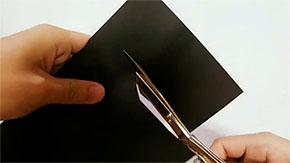 黒い紙を切るところ
