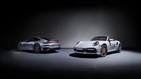 新型の「911 ターボS クーペ」(左)と「911 ターボS カブリオレ」(右)