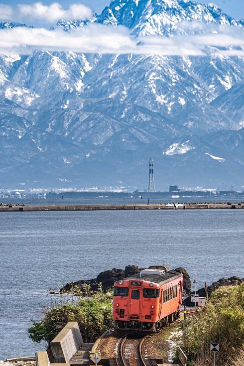 ディーゼルカーと海、そして立山連峰
