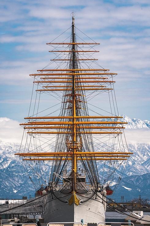 海王丸と立山連峰。映画のポスターのよう