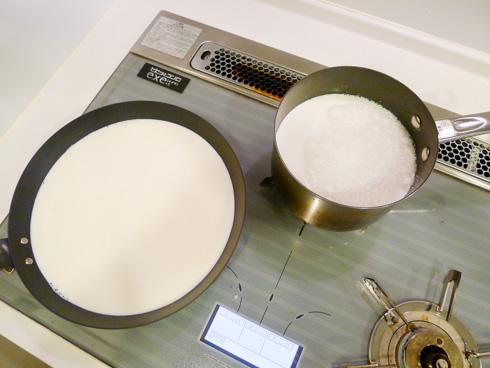 牛乳が入ったフライパンと片手鍋