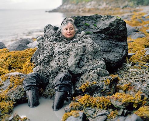 自然に溶け込む高齢者を世界各地で撮影したポートレイトの写真集 クラウドファンディングに登場