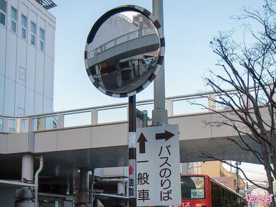 小田原駅前にあるブラウンのカーブミラー