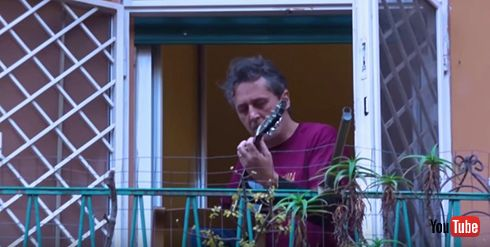 新型コロナで店舗封鎖中のイタリア バルコニーで歌い近隣で励まし合う人々