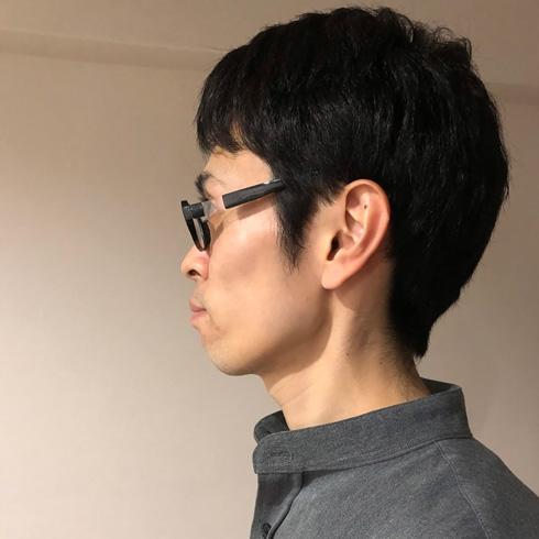 アニメのメガネキャラの横顔演出できるメガネをかけたところ