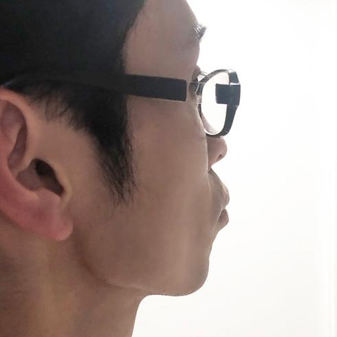 アニメのメガネキャラの横顔演出できるメガネをかけ横を向いたところ