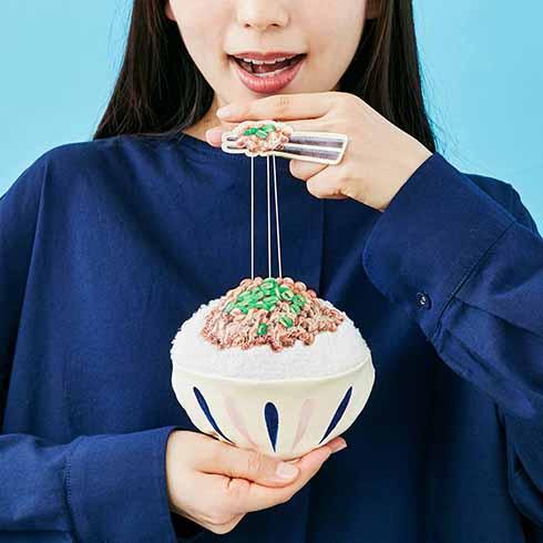 ねばーっと伸びる納豆ご飯を再現 「糸を引く! ネバネバ納豆パスケース」発売