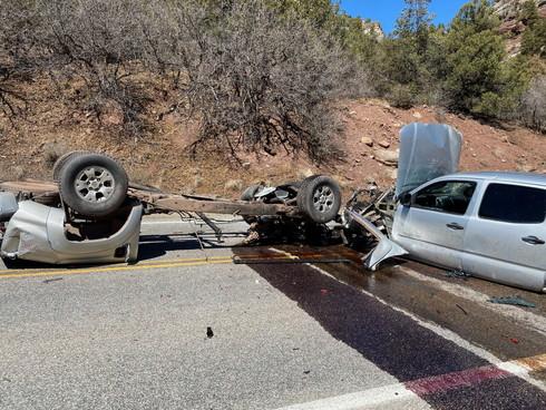 事故 ピックアップトラック バラバラ