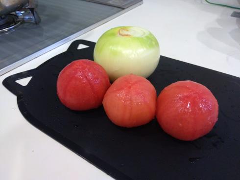 皮をむいたタマネギとトマト