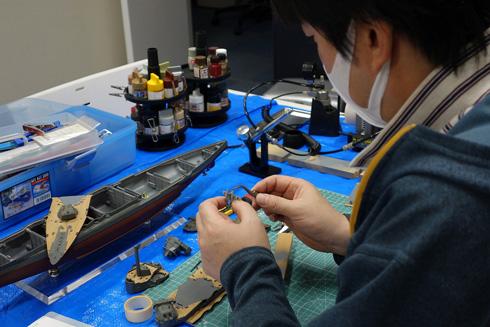 軍艦のプラモデルを製作する社長