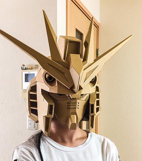 段ボールで作ったガンダムマスクがかっこいい 「ドアがフィン・ファンネルに見えた」など世界観に没入させてしまう完成度