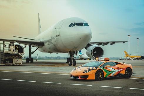 ランボルギーニ RWD Follow Me 空港誘導車