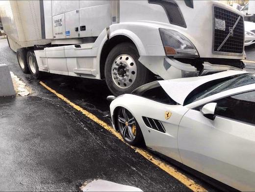 トラック フェラーリ 事件 海外