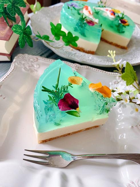 水面に浮かぶ花と泳ぐ鯉に癒される 「モネの池」チーズケーキが神秘的