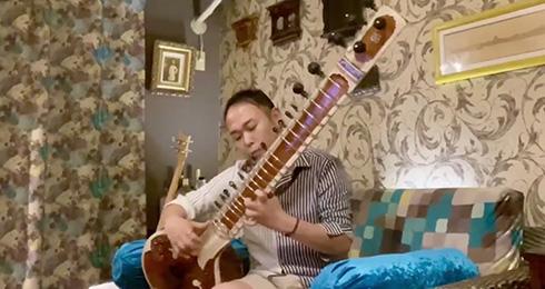 カレー味の「上を向いて歩こう」 インド楽器で奏でる旋律がスパイス効いててかっこいい
