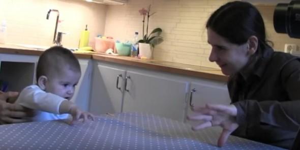 赤ちゃんは行動をマネする大人に親しく振る舞う 「マネされていることを理解している」海外大学が発表