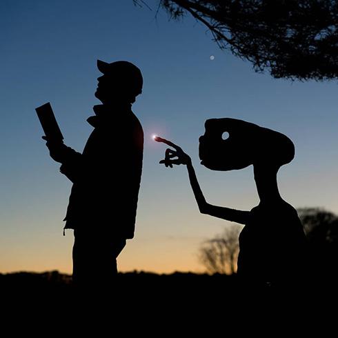 夕陽を背景に撮影したダンボールアート ノスタルジックな雰囲気のシルエットで泣ける
