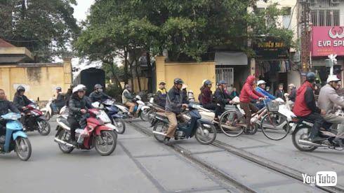 海外 鉄道 ベトナム ハノイ 切 開かずの踏切 バイク 名鉄