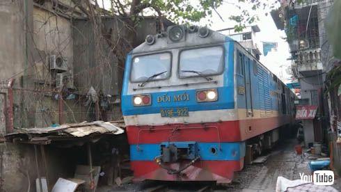 海外 鉄道 ベトナム ハノイ 踏切 開かずの踏切 バイク 名鉄