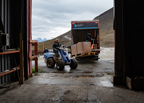 GitHubが1000年先を見通したコード保管を開始 北極圏の永久凍土深さ250メートルにあるアーカイブ施設