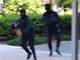 米国の双子YouTuber、路上の銀行強盗ドッキリで起訴 最長4年の懲役