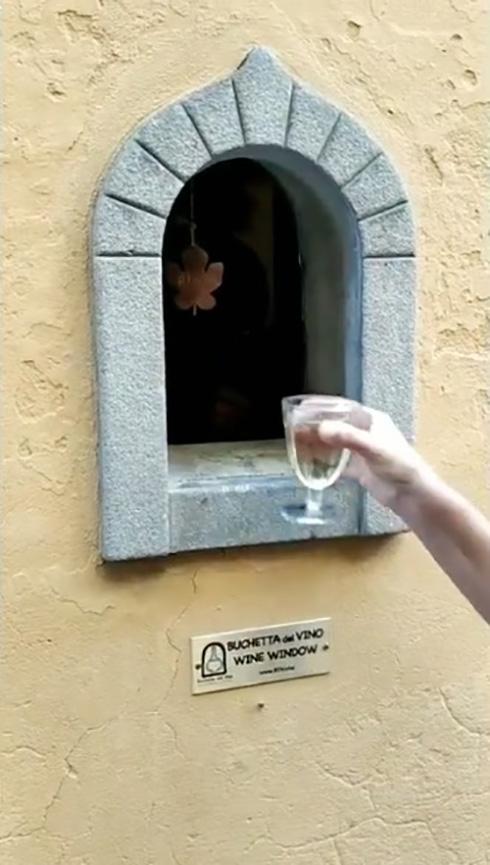 イタリアの伝染病対策「ワインの窓」が復活 およそ400年を経たリバイバル