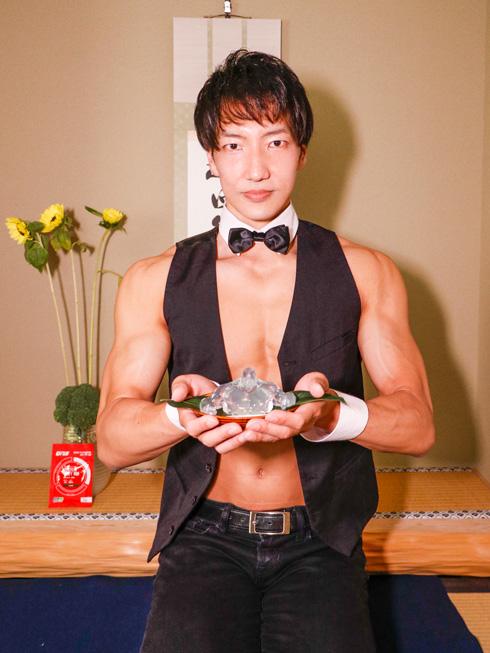 筋肉茶会で和菓子を持つAKIHITO氏