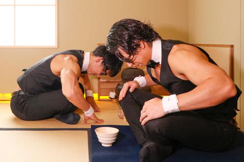 筋肉茶会でお辞儀をするマッチョ