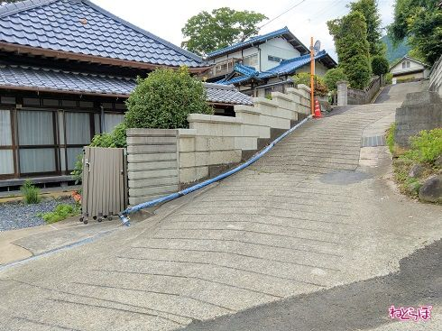 階段のようになっているコンクリートブロック塀