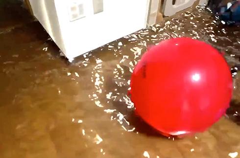 猛暑日だけど部屋の中は涼しそう! ARで部屋に水を張ってみた動画がリアルですごい