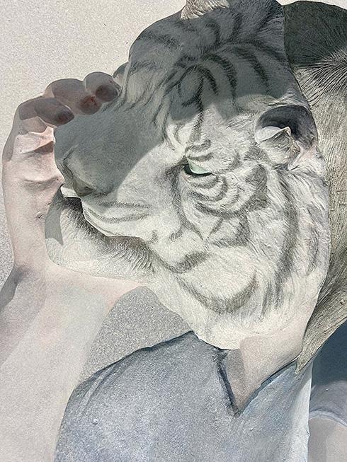 どこに立っても虎と目が合う 虎ノ門駅に設置されたレリーフ「白い虎が見ている」の視線がすごい