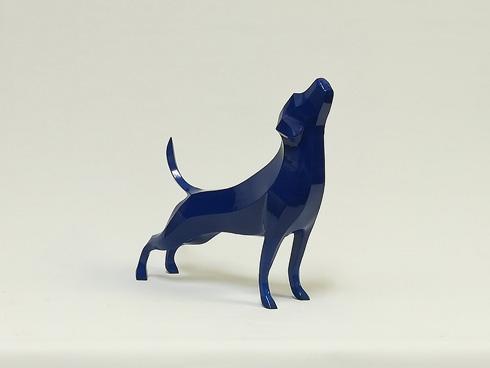 犬の青い彫刻
