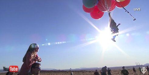 奇術師が50個の巨大風船をつかんで空中散歩を披露 アリゾナ砂漠の標高7600メートルを飛行