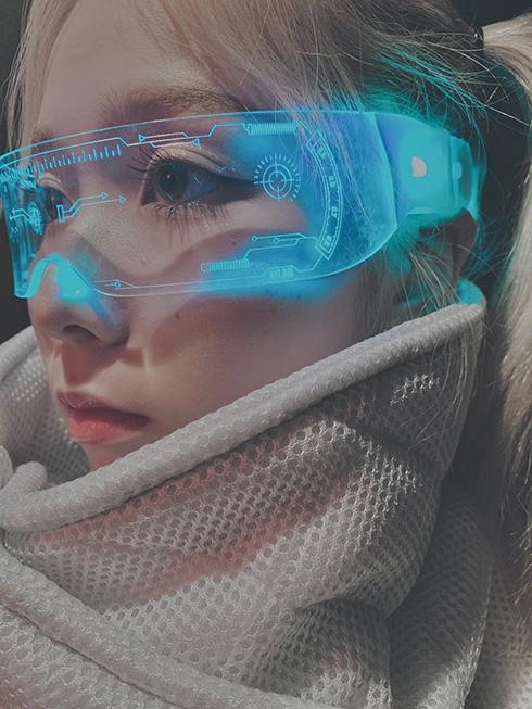 「未来感めっちゃ好き」「未来人みたい」 七色に発光するサイバーメガネがかっこいい