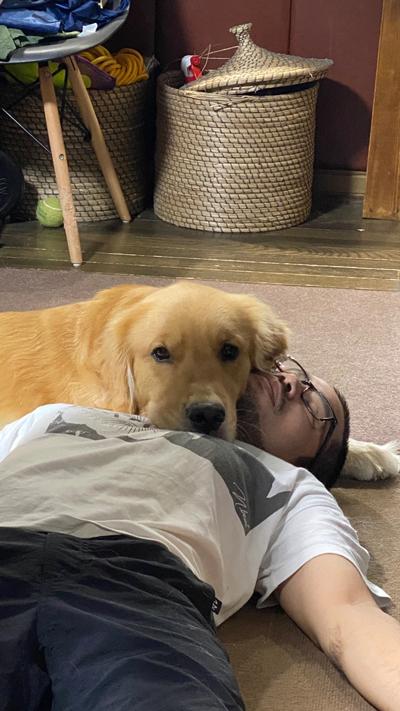 パパを枕にするジョイくん