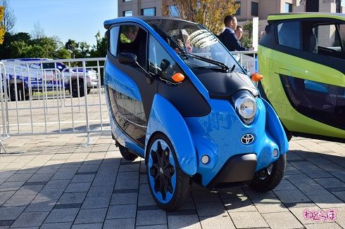 車体が傾く三輪EV「トヨタ・i-ROAD」