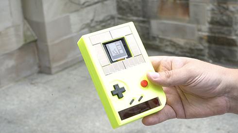 電源不要でサスティナブルなゲームボーイ互換機が登場 太陽光とボタンを押す力がエネルギー源