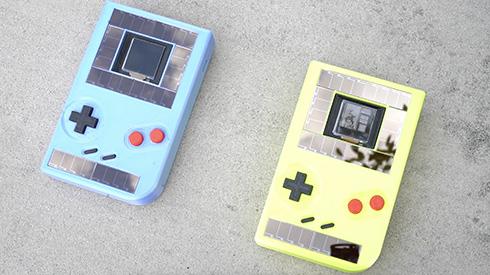 電源不要でサステイナブルなゲームボーイ互換機が登場 太陽光とボタンを押す力がエネルギー源