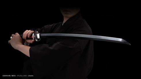 『PROPLICA 日輪刀(竈門炭治郎)』を構える人